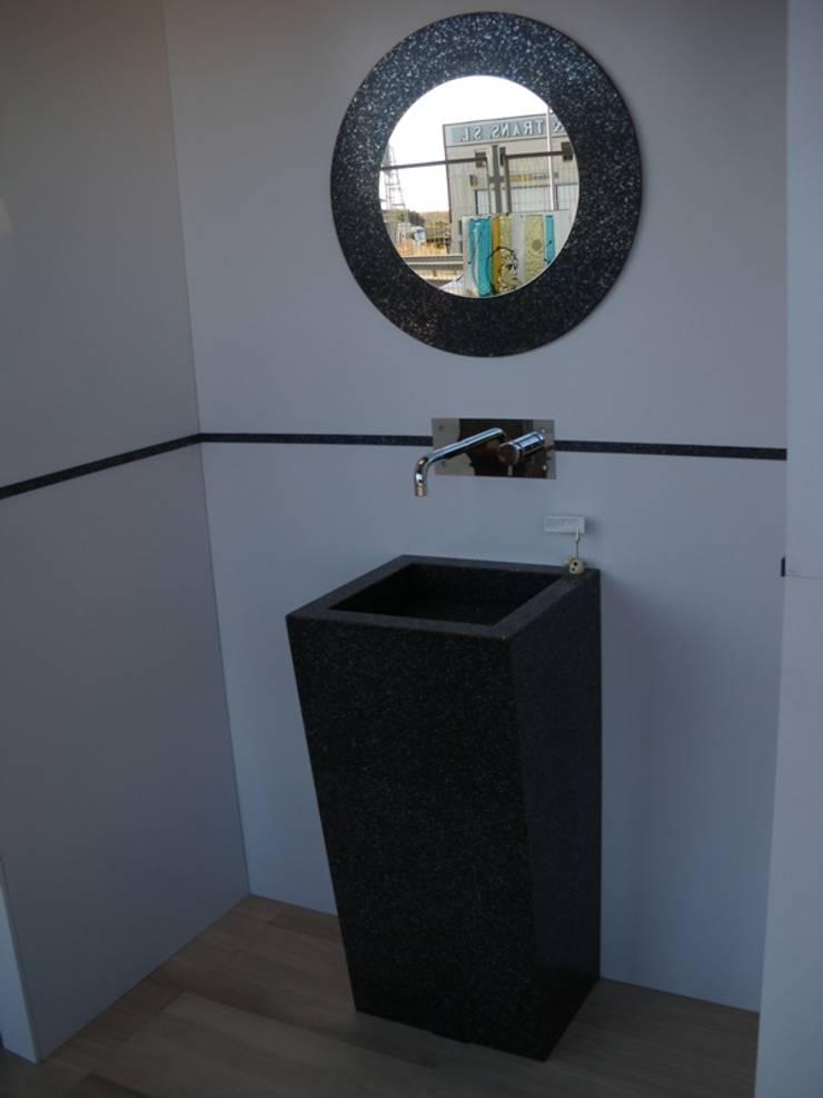 Lavabo diseñado a medida de Silestone: Baños de estilo  de SERRANOS Studio