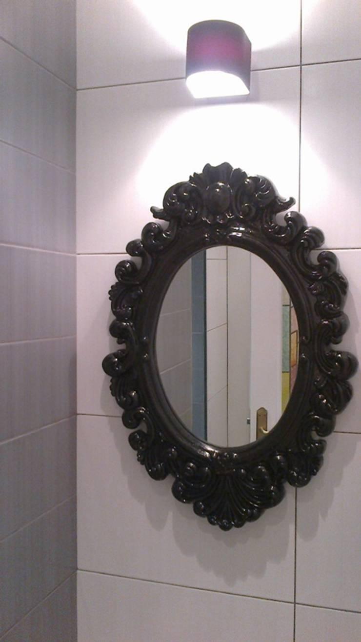 Espejo pequeño barroco negro para baño: Baños de estilo  de SERRANOS Studio