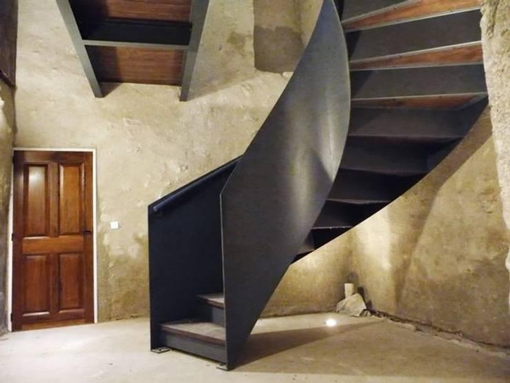 escalier deux limons latéraux débillardés: Couloir, entrée, escaliers de style  par LBMS. Fabrice Lamouille