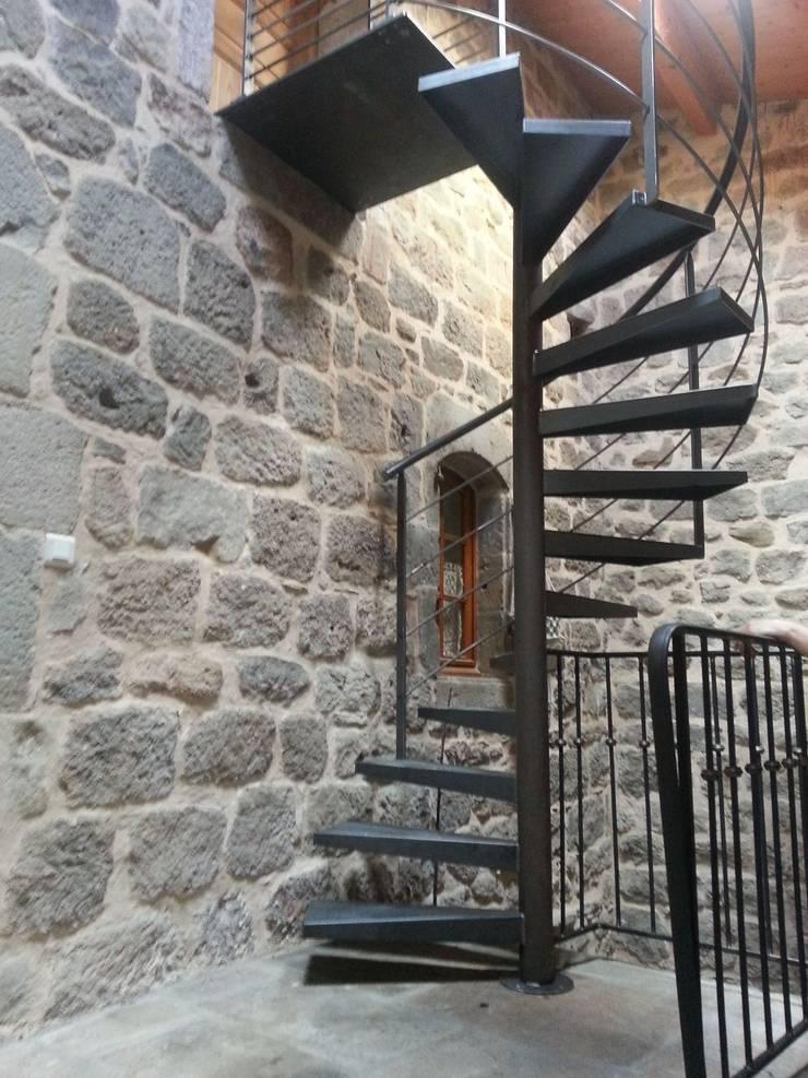 escalier métallique design: Couloir, entrée, escaliers de style  par LBMS. Fabrice Lamouille