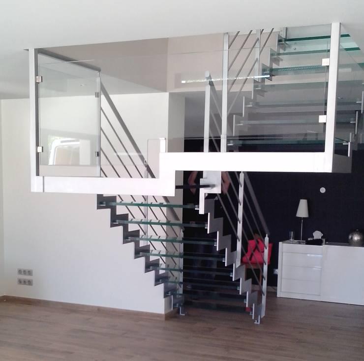 Escalier avec marches en verre: Couloir, entrée, escaliers de style de style Moderne par Escalissime