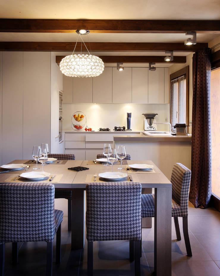 Rénovation d'un chalet à Méribel : Salle à manger de style de style Rustique par Agence Amevet - AmDeCo