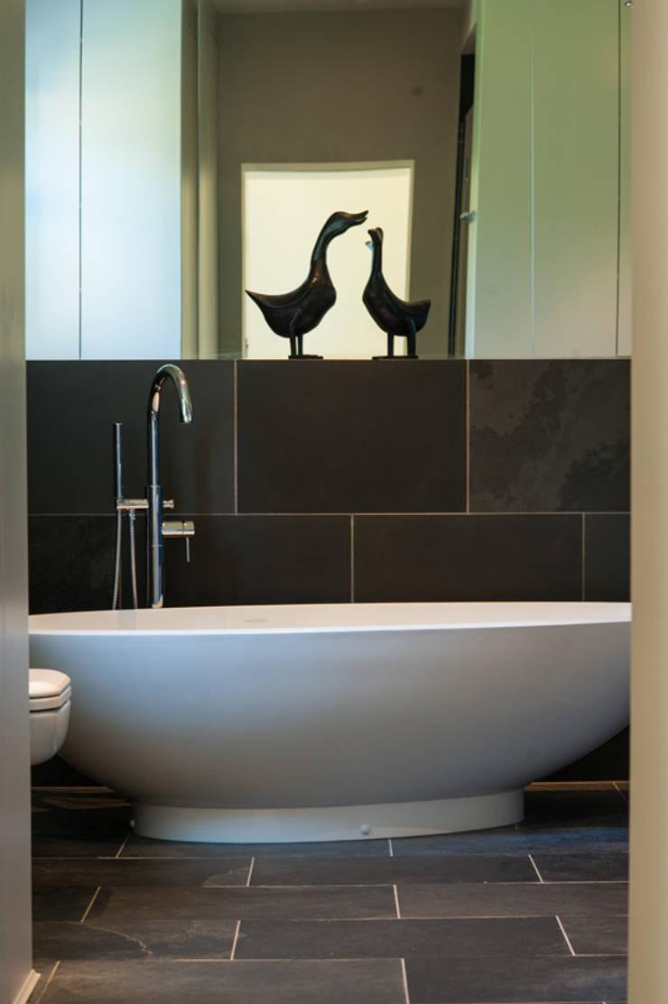 AG175_TwickenhamApartment:  Bathroom by Morgan Harris Architects Ltd