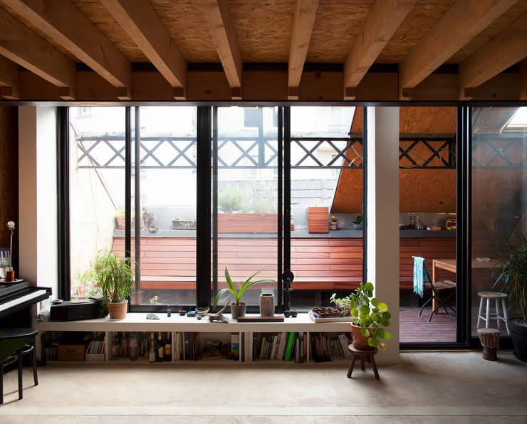 REHABILITATION D'UN HANGAR EN LOGEMENT: Salon de style de style Industriel par JBFA-ATELIER CAIROS
