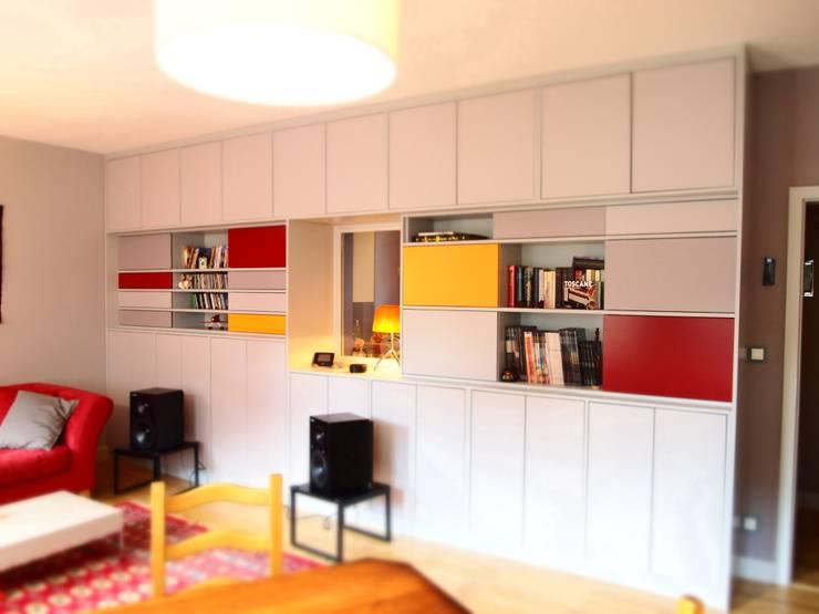 Appartement au centre ville: Salon de style  par Ae design