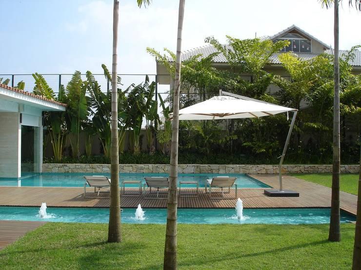 Amazing House in Barra - R10 (Ronaldinho): moderner Pool von Airbnb Germany GmbH