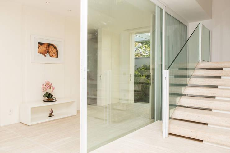 Pasillos y recibidores de estilo  por Airbnb Germany GmbH