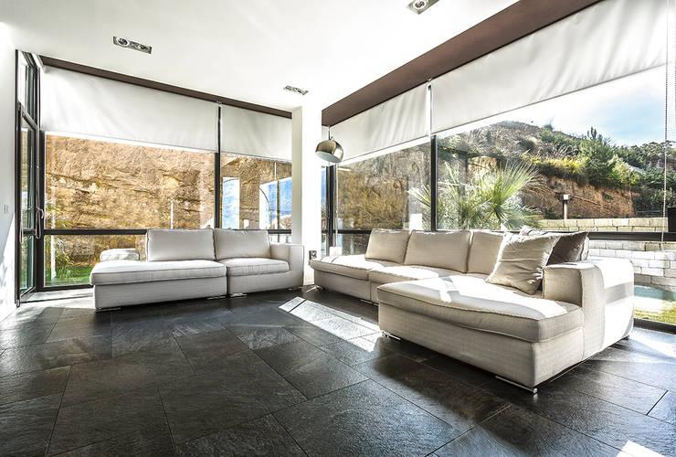 vista dal salone: Soggiorno in stile in stile Moderno di Studio 4e