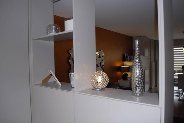Grande pièce de vie, conviviale et fonctionnelle: Salon de style de style Moderne par Happy Family Déco