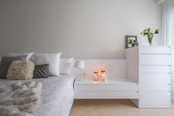 Dormitorios cálidos: Casas de estilo  de Laura Yerpes Estudio de Interiorismo
