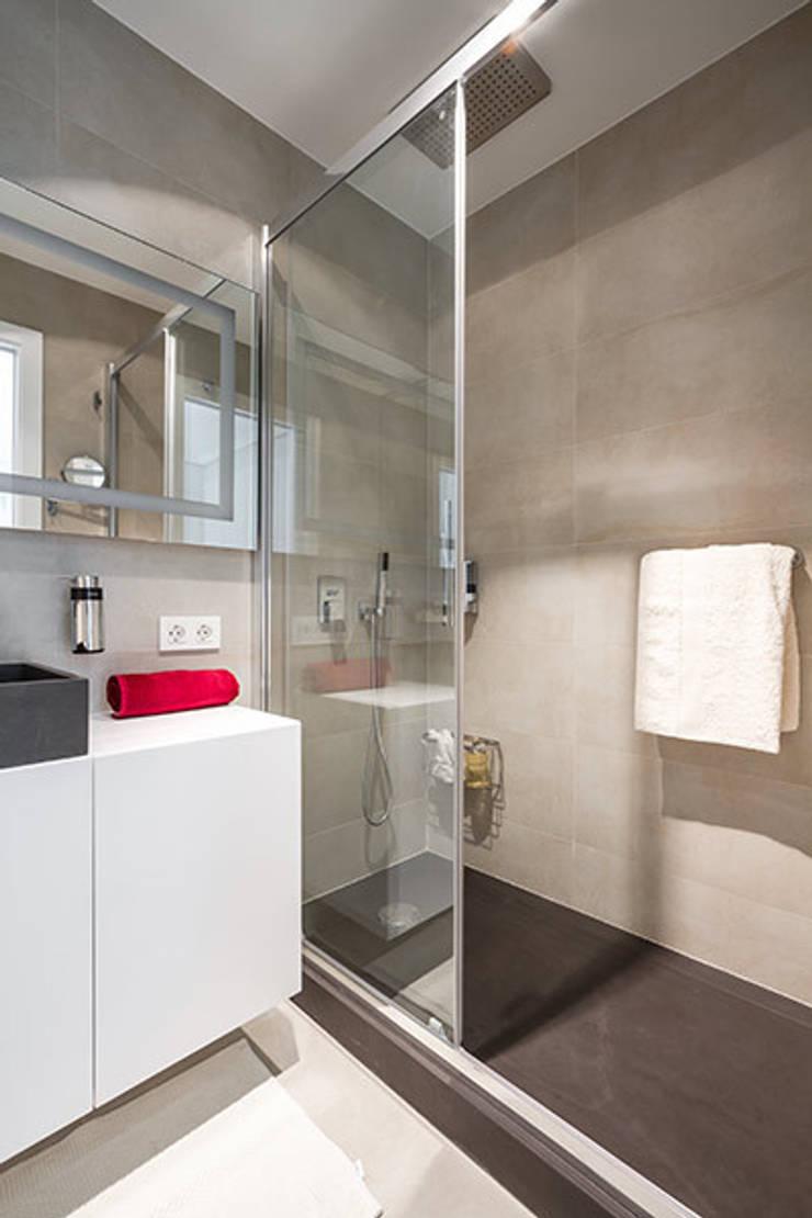 Baño en pizarra gris: Casas de estilo  de Laura Yerpes Estudio de Interiorismo