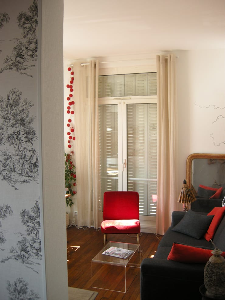 Petit studio parisien: Salon de style de style Classique par Parisdinterieur