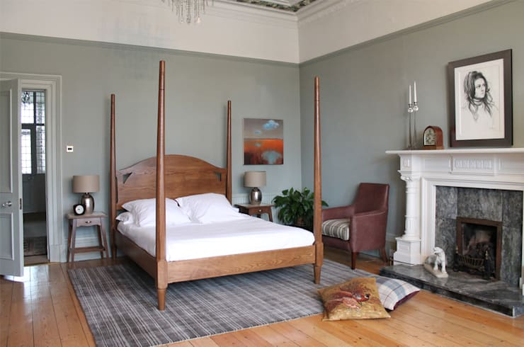 York Four Poster Bed:  Bedroom by TurnPost