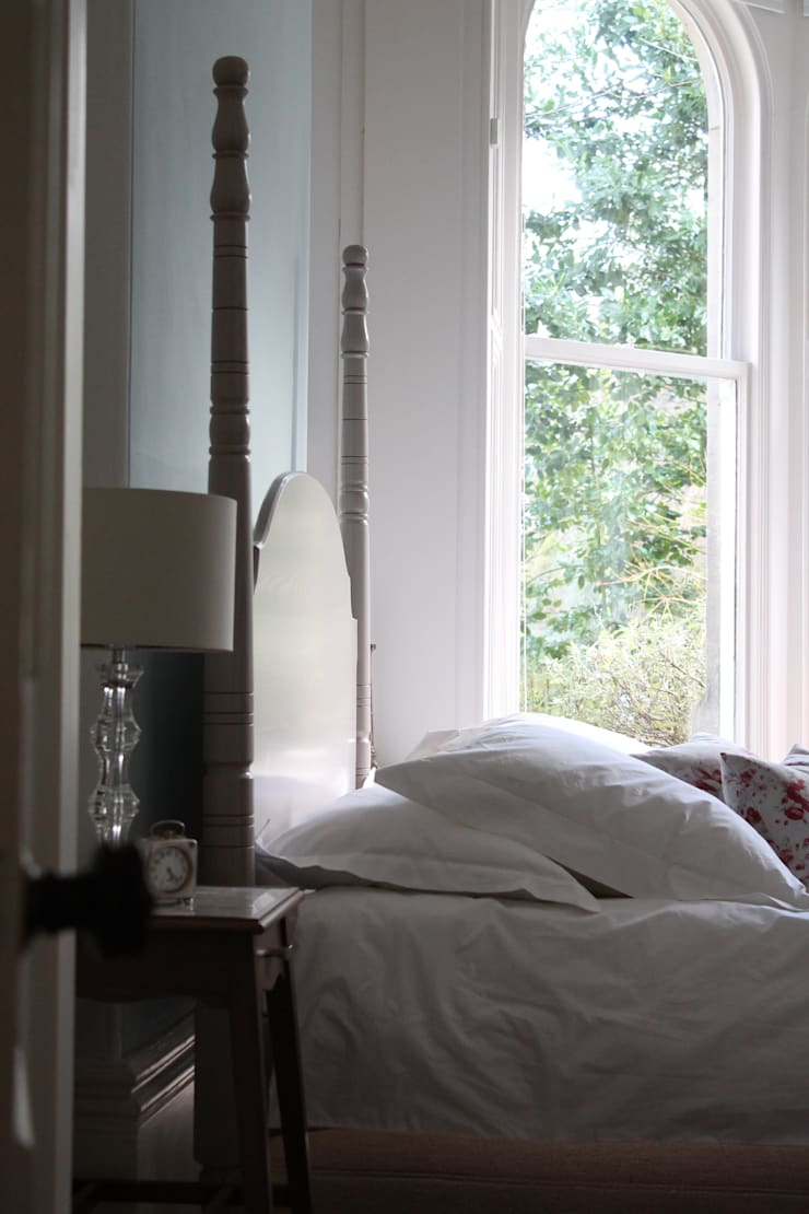 The Calverley Four Poster Bed:  Bedroom by TurnPost