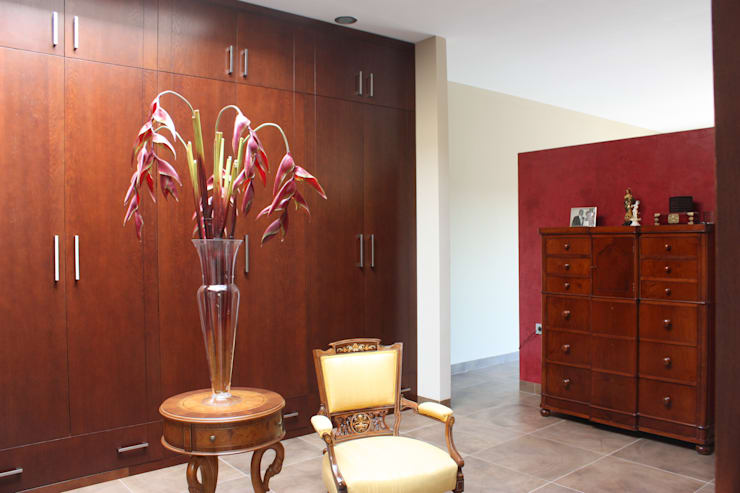 Vestidor Casa Zaranda: Vestidores de estilo  de LAR arquitectura