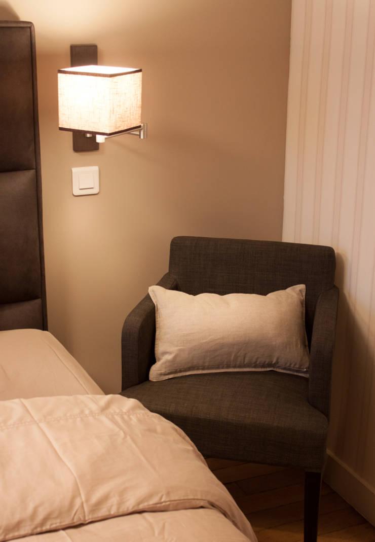 Appartement familial: Chambre de style  par Décoration Parisienne
