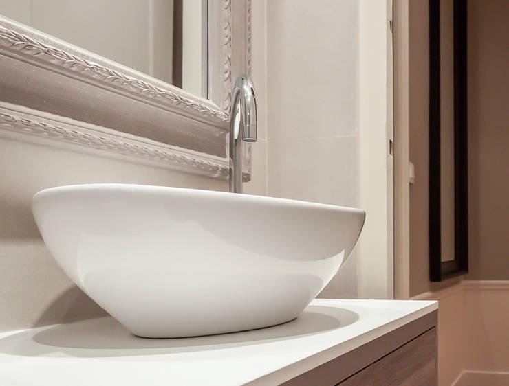 La salle d'eau: Chambre de style  par Décoration Parisienne