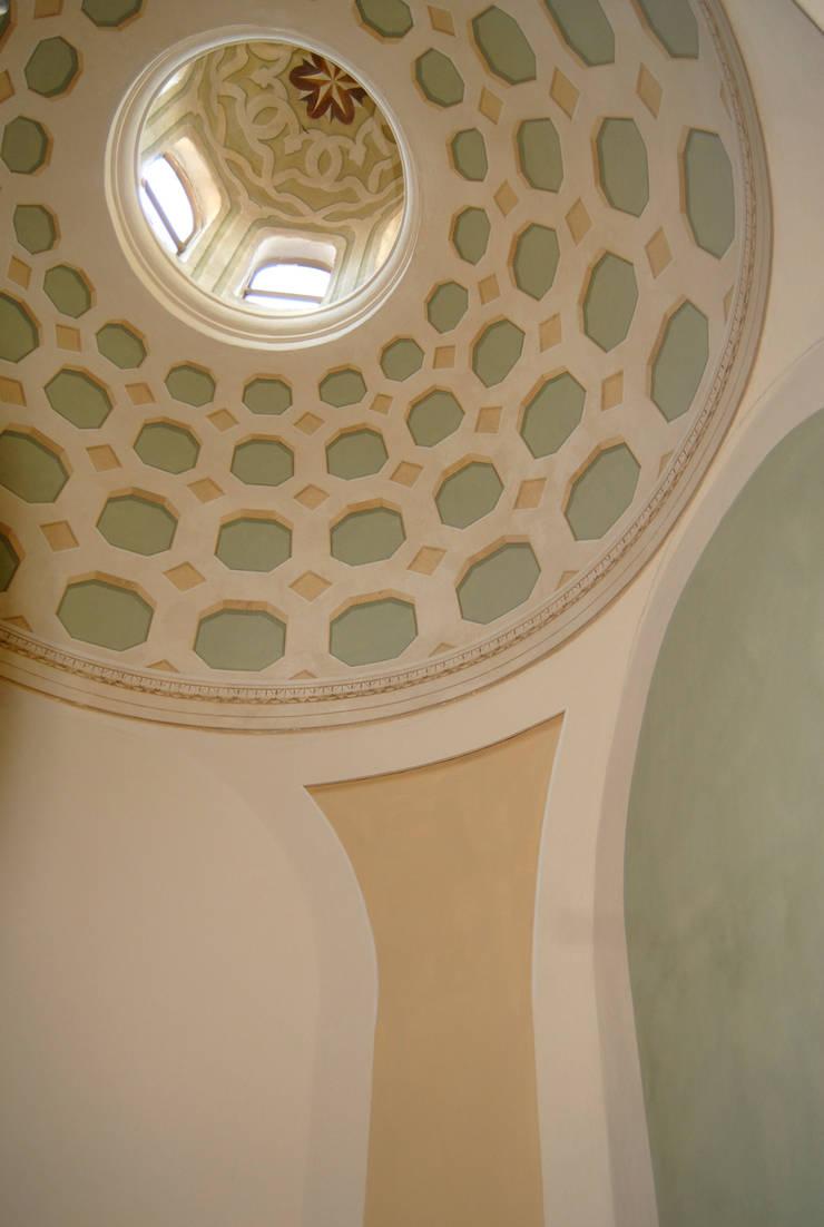 Decorazione cupola a cassettoni: Case in stile  di RIECOLOGIZZO