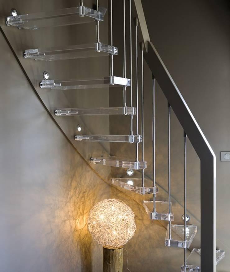 Escalier avec marches altuglas: Couloir et hall d'entrée de style  par ASCENSO