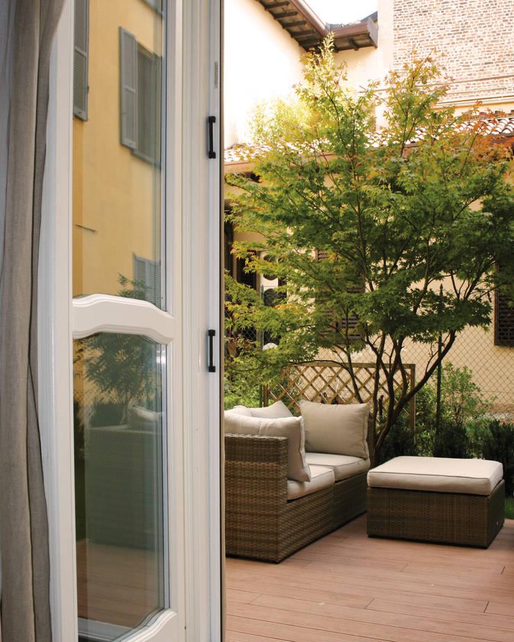 Un giardino nascosto: Case in stile  di NICOLA BISIO ARCHITETTO
