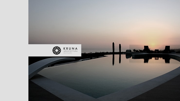 Collina sul mare: Piscina in stile  di KRUNA - Architettura Restauro
