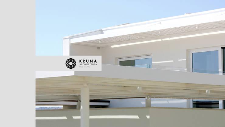 Collina sul mare: Terrazza in stile  di KRUNA - Architettura Restauro
