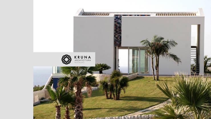 Collina sul mare: Case in stile  di KRUNA - Architettura Restauro