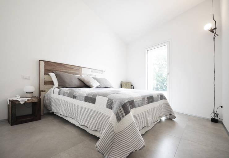 camera matrimoniale: Camera da letto in stile in stile Scandinavo di fds|officina di architettura