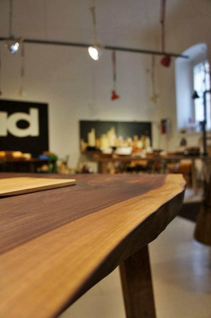 Tavolo bordi naturali: Sala da pranzo in stile  di Vud Design,