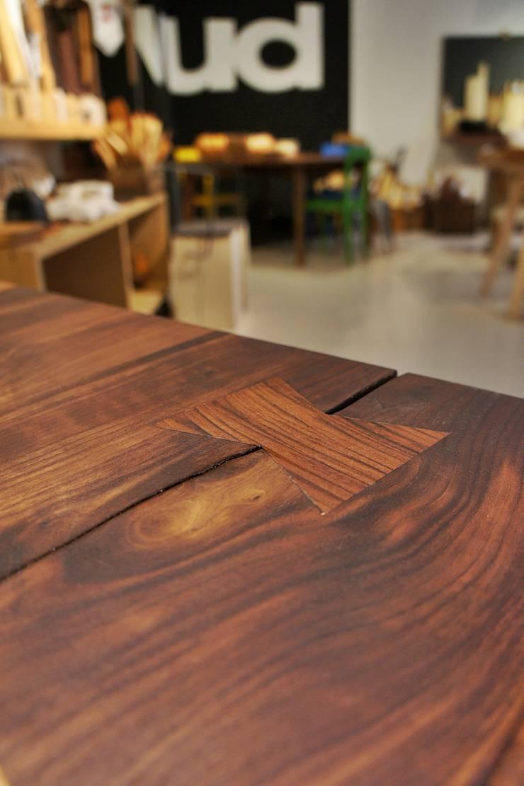 Particolare incastro a farfalla: Sala da pranzo in stile  di Vud Design,