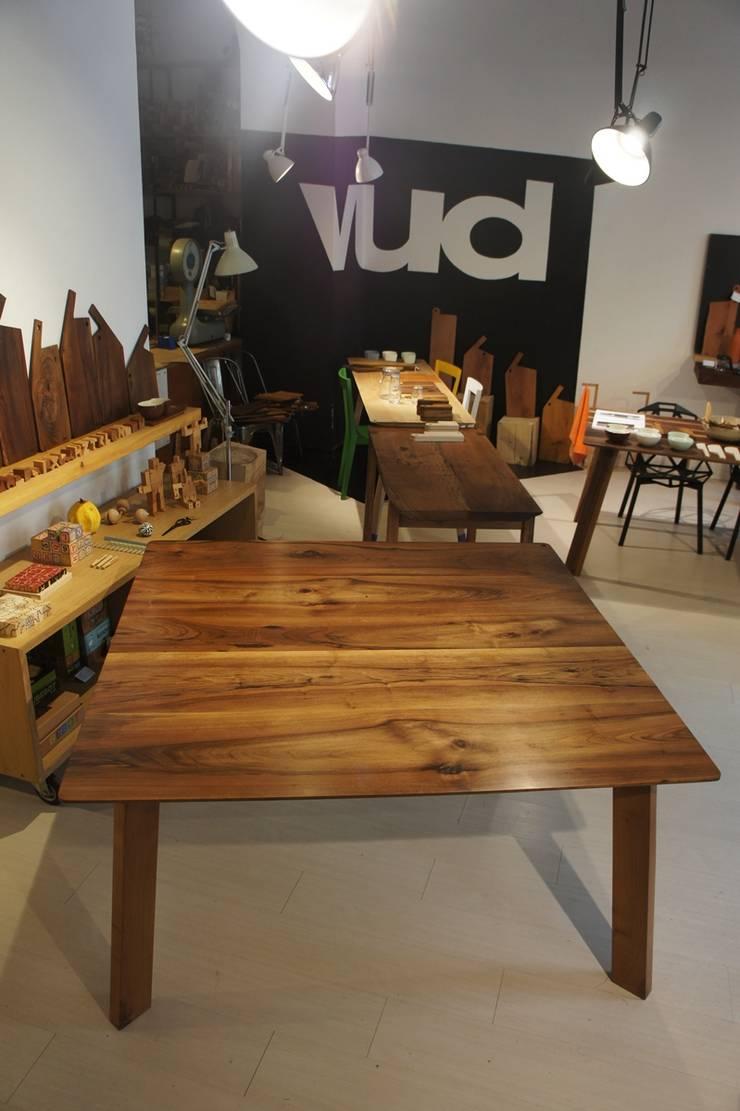 Tavolo noce  bordi smussati: Sala da pranzo in stile  di Vud Design