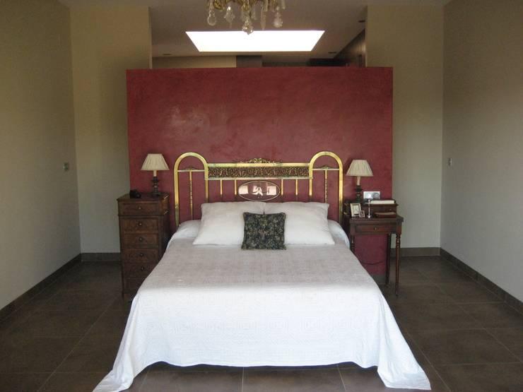 Casa Zaranda: Dormitorios de estilo  de LAR arquitectura