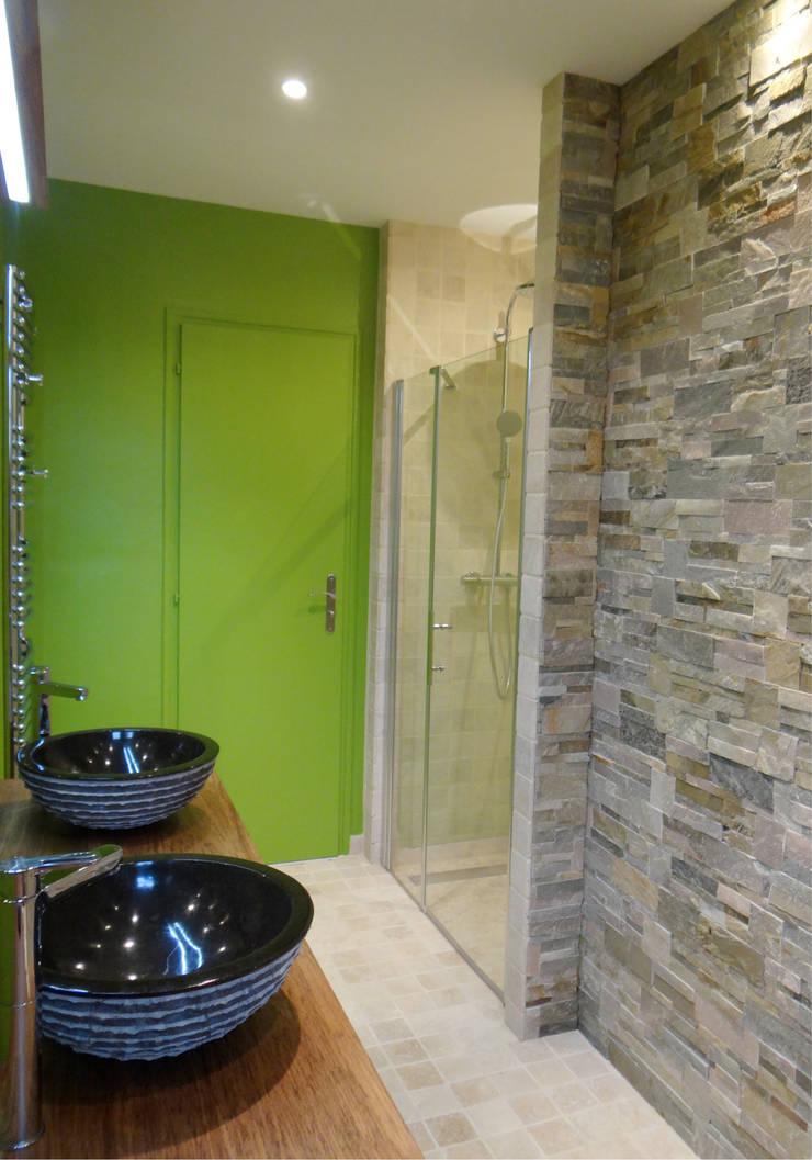 UNE SALLE DE BAIN TRÈS NATURE: Salle de bains de style  par UN AMOUR DE MAISON
