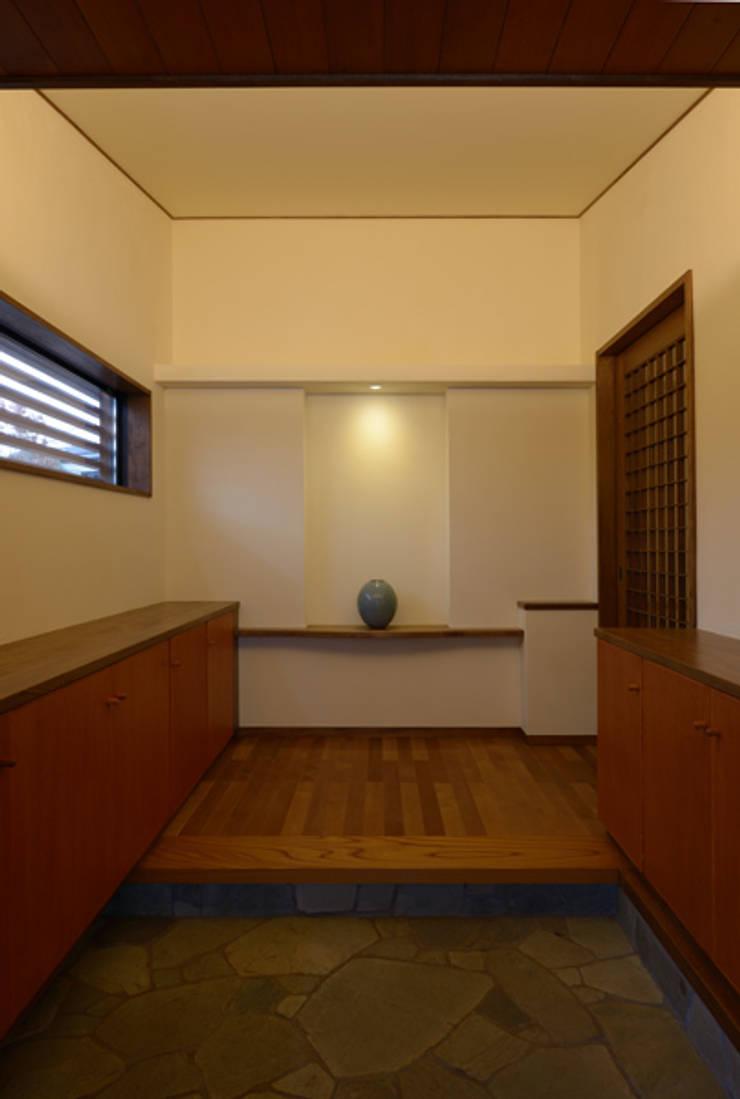 玄関: H2O設計室 ( H2O Architectural design office )が手掛けた玄関&廊下&階段です。