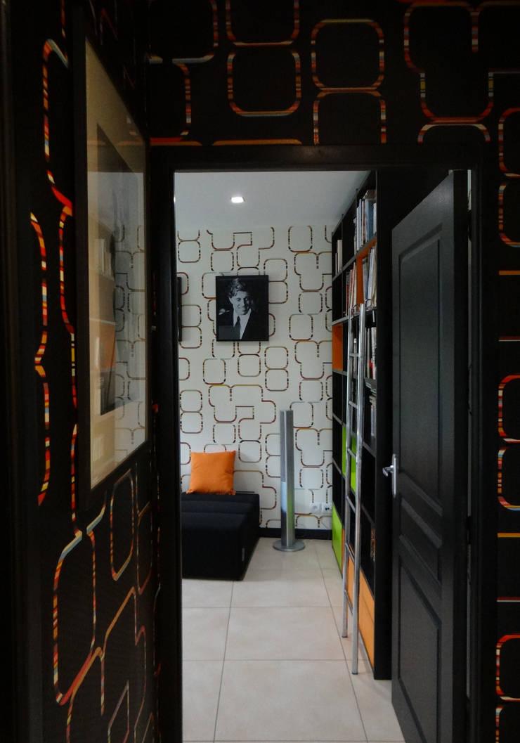 UN SALON TV EN TECHNICOLOR: Salle multimédia de style  par UN AMOUR DE MAISON