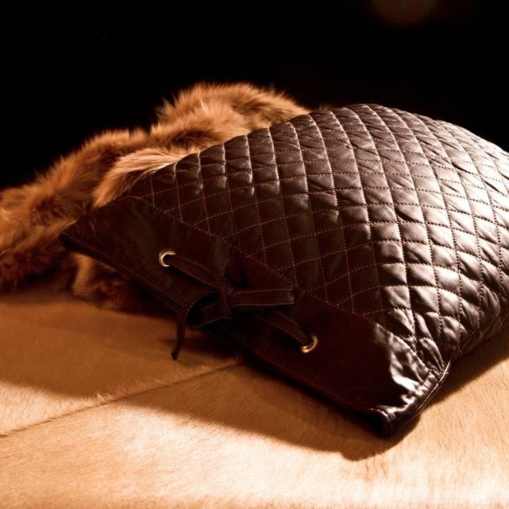 Almohadones de cuero y piel natural:  de estilo  de Miyabi casa