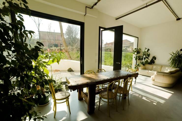 DOCK_52_da garage a residenza: Sala da pranzo in stile in stile Industriale di laprimastanza