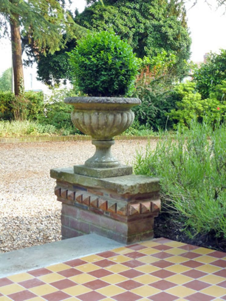 Edwardian Remodel - Plinths & Urns:  Garden by Paul D'Amico Remodels
