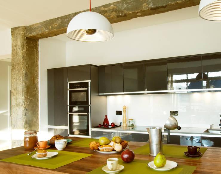 Farringdon Loft Conversion:  Kitchen by Matteo Bianchi Studio