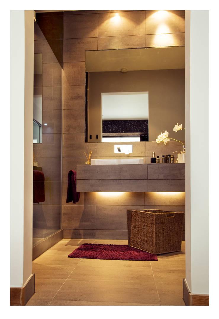 Farringdon Loft Conversion:  Bathroom by Matteo Bianchi Studio