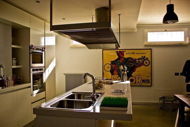 l.o.f.t.: Cucina in stile  di deltastudio