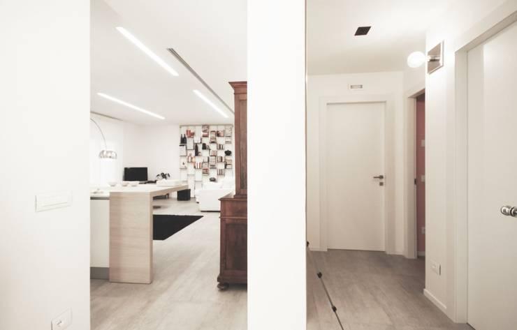 Apartment IN: Ingresso & Corridoio in stile  di Marco Quagliatini - Estro Group