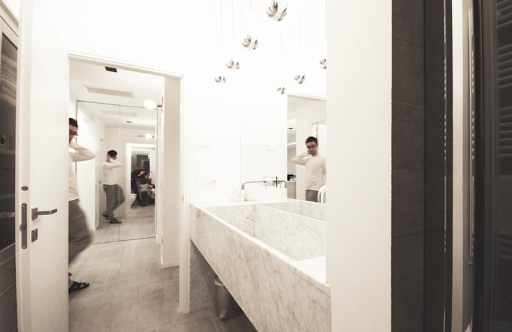 Apartment IN: Bagno in stile in stile Moderno di Marco Quagliatini - Estro Group