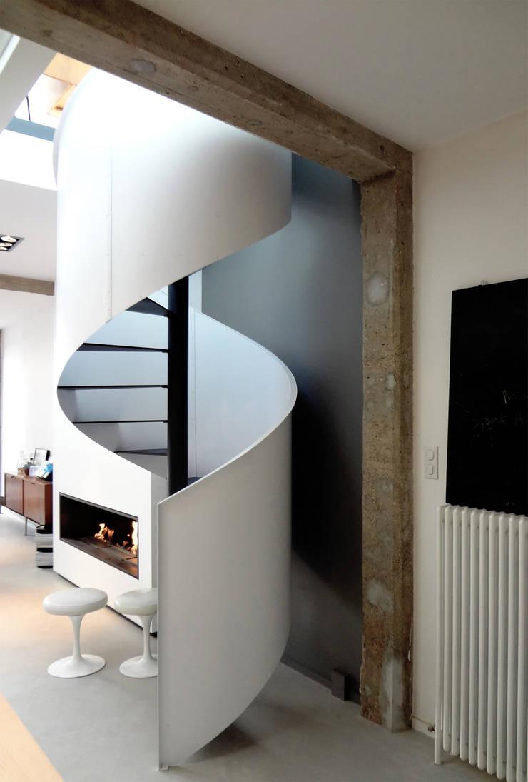 Loft ancienne usine: Couloir, entrée, escaliers de style  par KJBI DECO