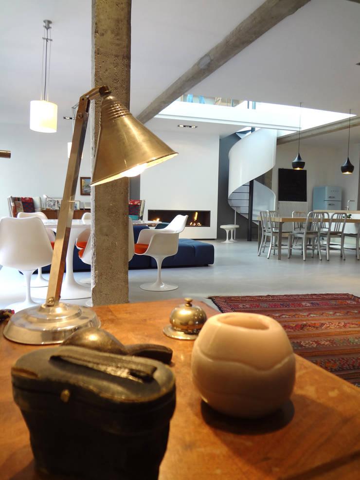 Loft ancienne usine: Salon de style  par KJBI DECO