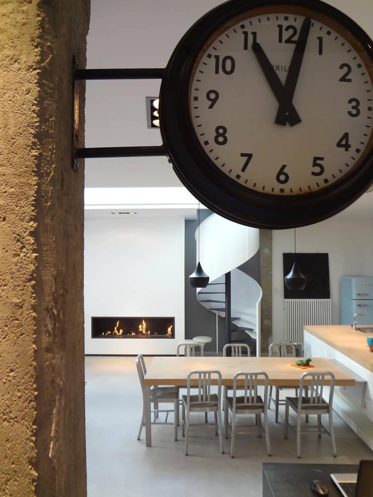 Loft ancienne usine: Salle à manger de style  par KJBI DECO