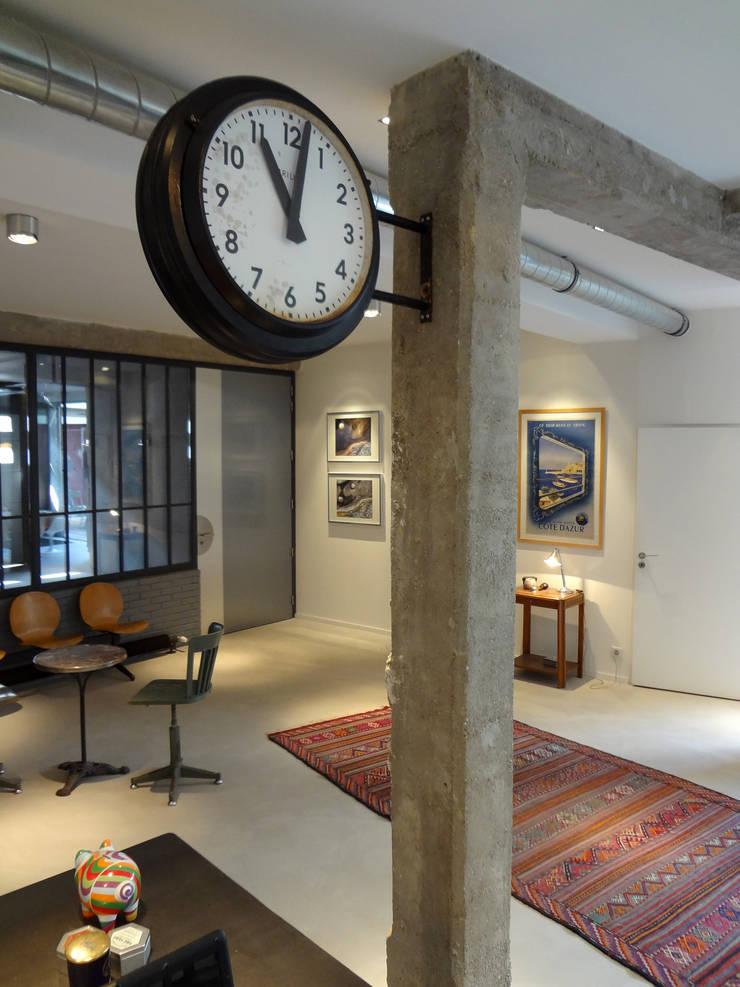 Loft ancienne usine: Couloir et hall d'entrée de style  par KJBI DECO