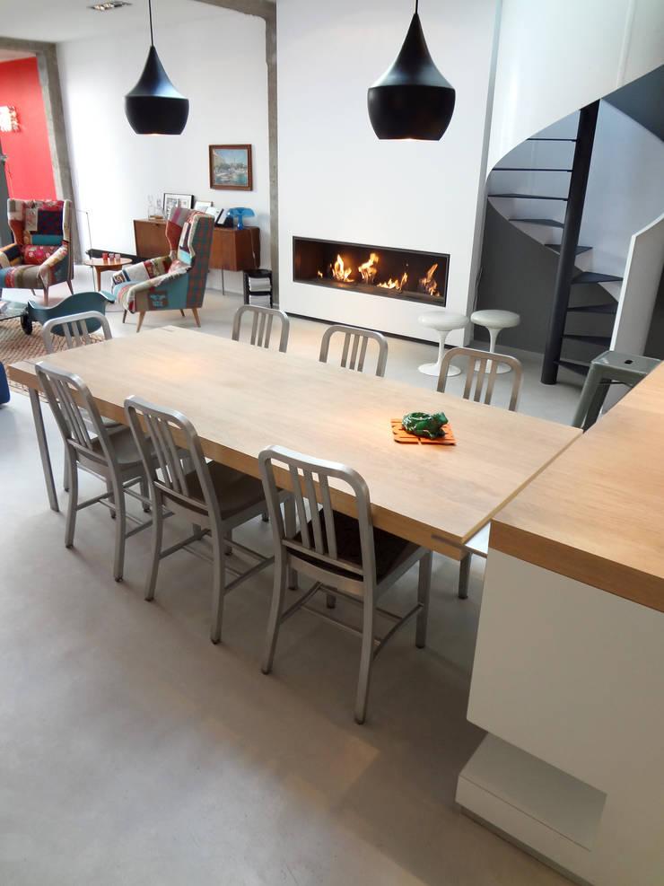 Loft: Salle à manger de style  par KJBI DECO