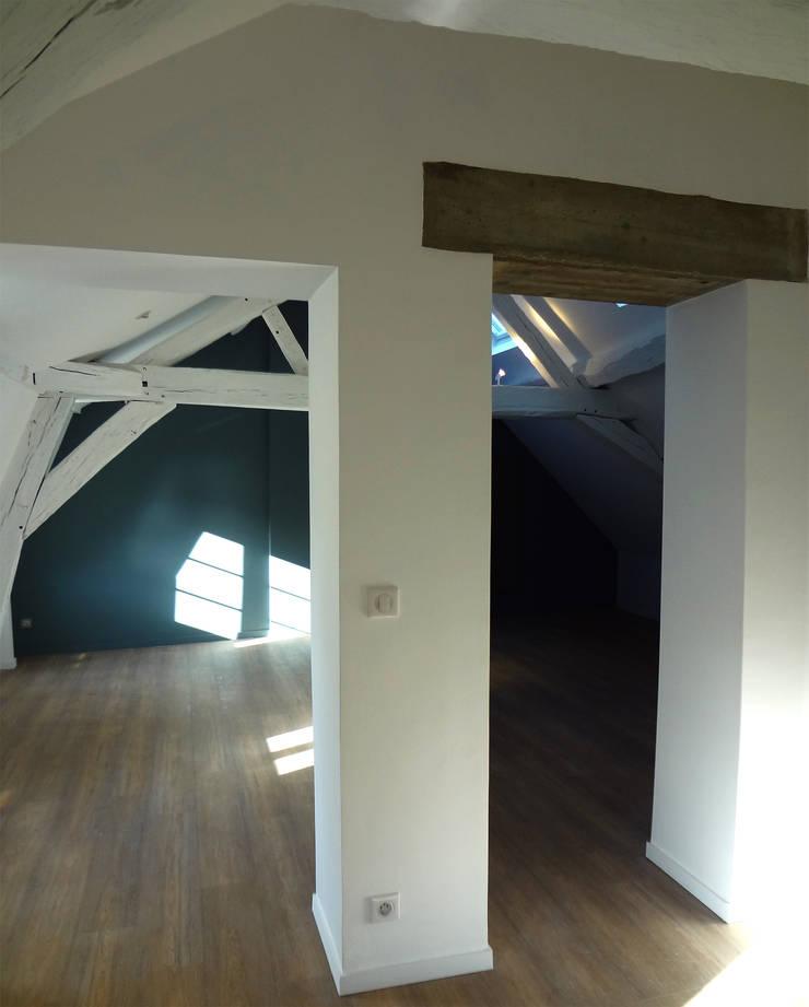Hotel particulier rénové: Couloir et hall d'entrée de style  par KJBI DECO