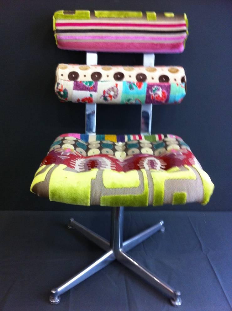 """fauteuils à """"boudins"""": Salon de style  par Scenes d'interieuR"""
